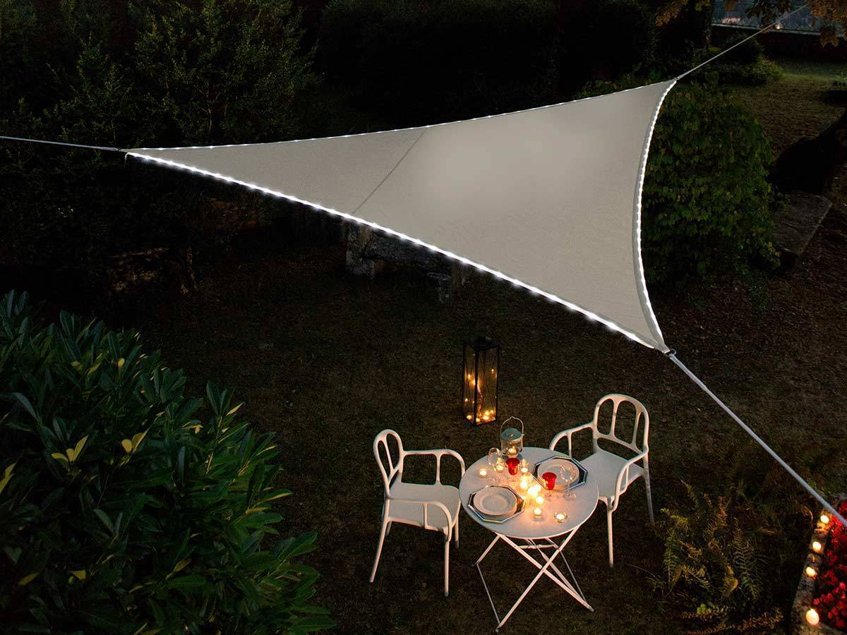 Voile d'ombrage triangulaire Leds solaires Taupe + Adaptateur